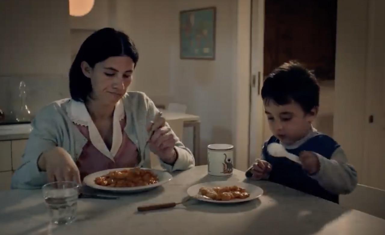 Yanina actúa en el film con uno de sus hijos.