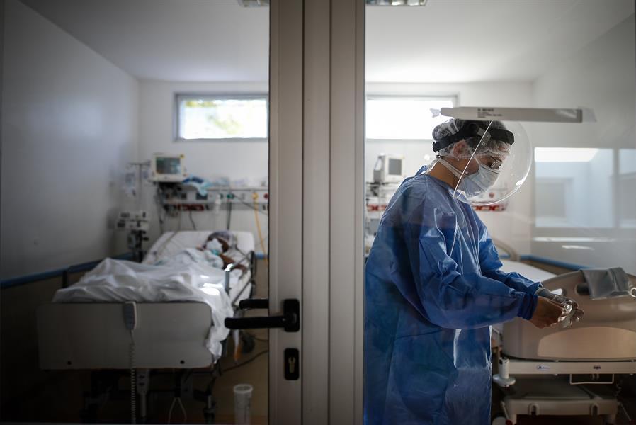 Los cinco meses de atención a miles de enfermos están generando tensión en el personal de salud.