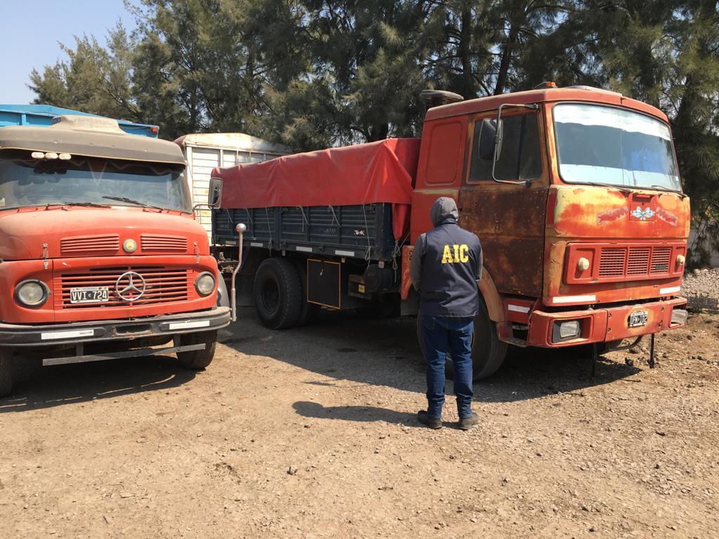 Camiones hallados en el puerto seco donde fueron llevados los objetos del camionero.