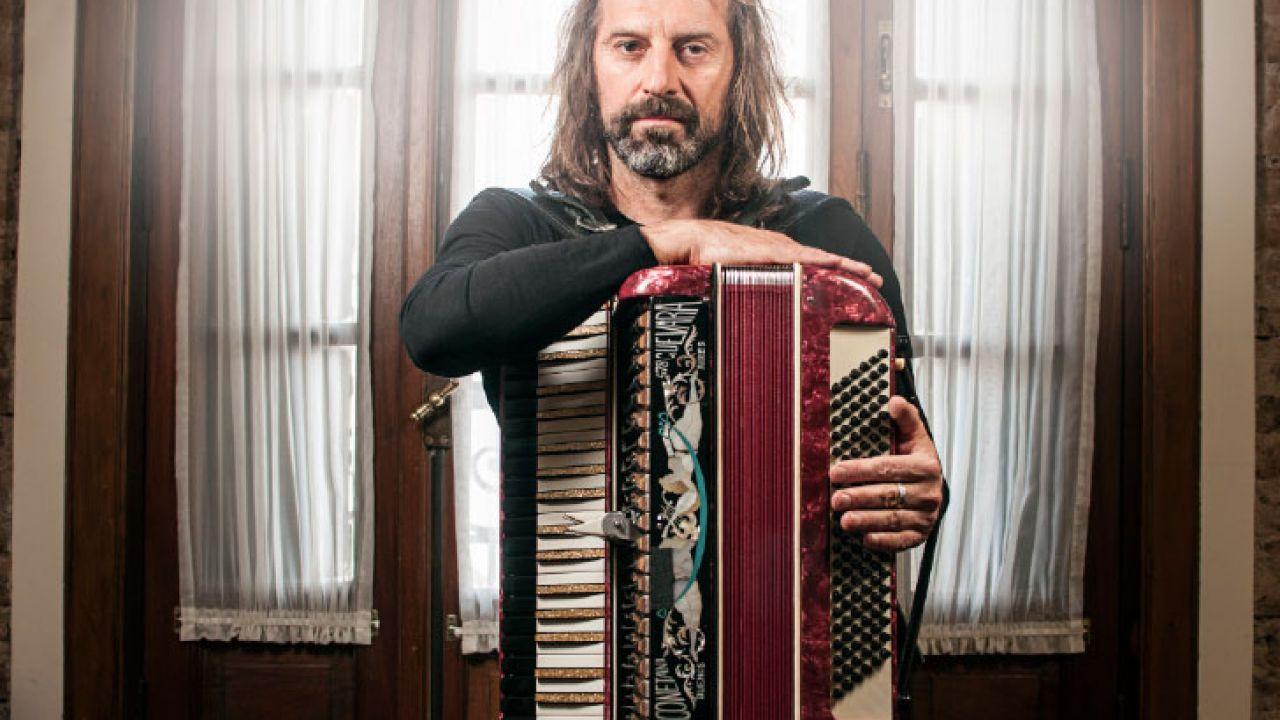 """""""El streaming llegó para quedarse"""", razona el acordeonista, y pone manos a la obra."""