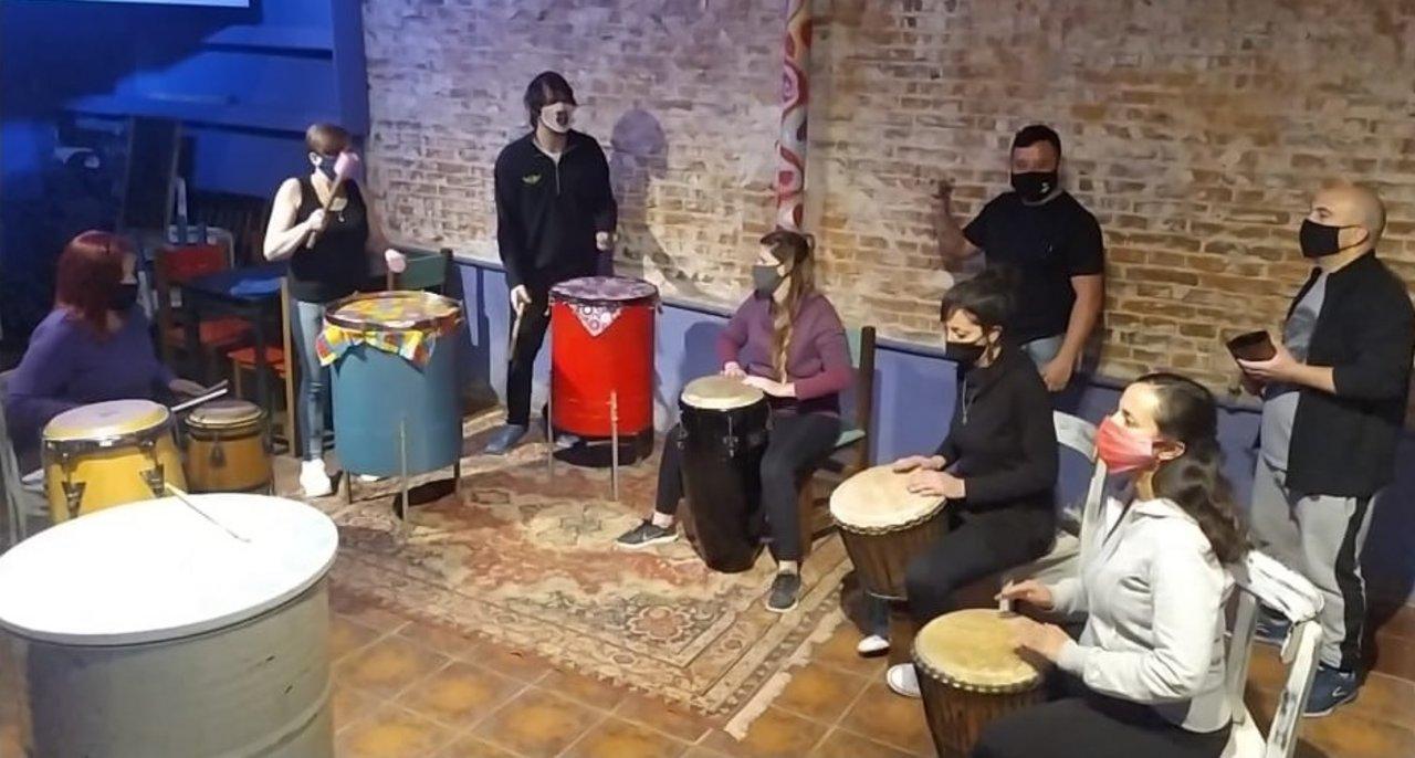 """Miembros del de percusión """"Tierra y aire"""" tocando en pandemia."""