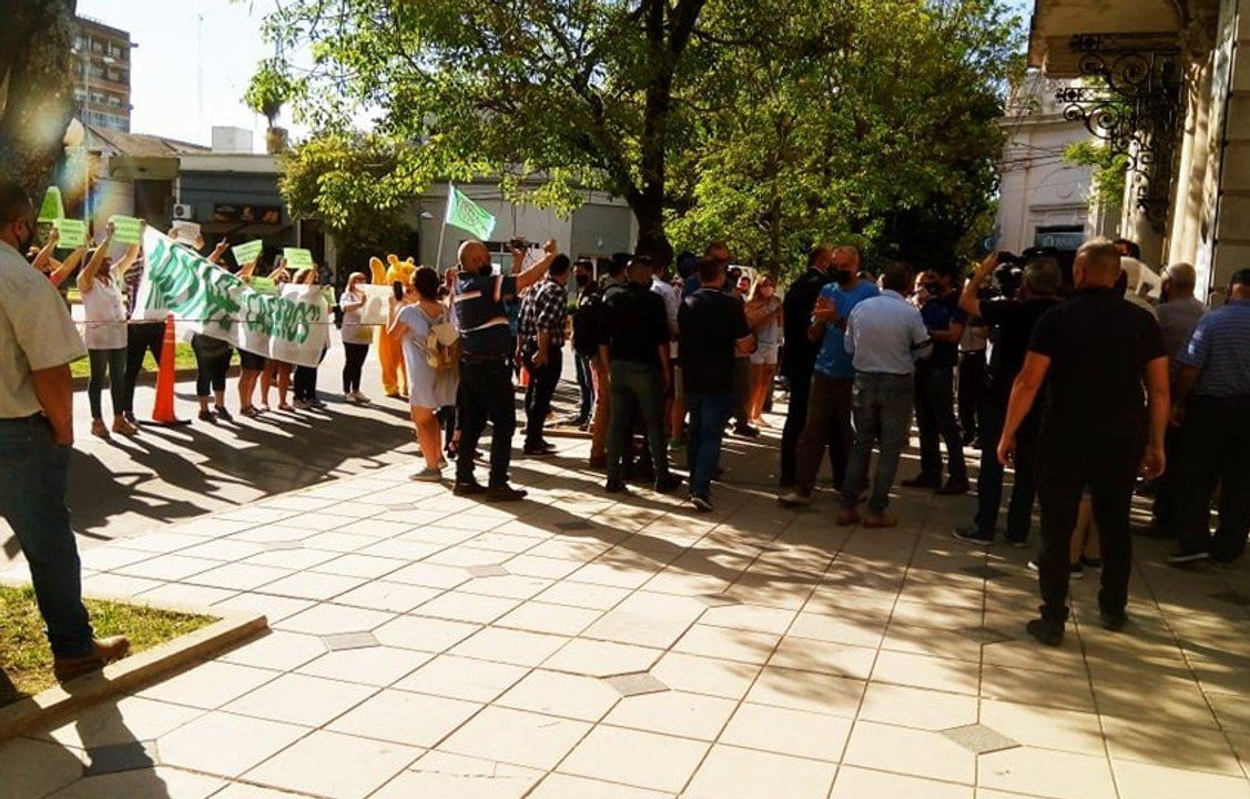 El ambiente estuvo caldeado cuando Omar Perotti llegó al Palacio Municipal.