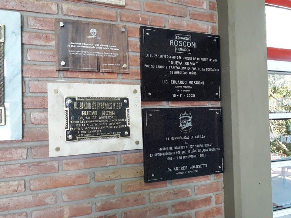 Las placas que fueron regaladas por las autoridades locales y provinciales.