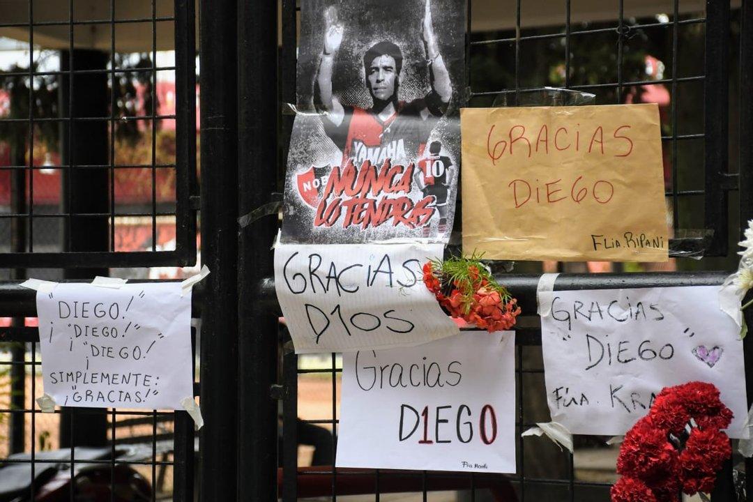 Sentido homenaje a Diego en el Parque Independencia (Foto: Rosario Plus)