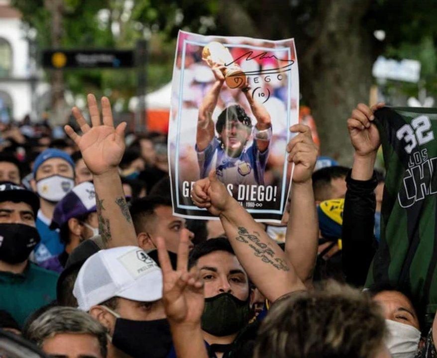 Miles de persona se acercan hasta la Casa Rosada para despedir al más grande de todos los tiempos.