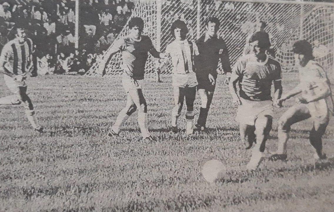 Saggioratto con la pelota, detrás se puede apreciar a un muy joven Diego Maradona.