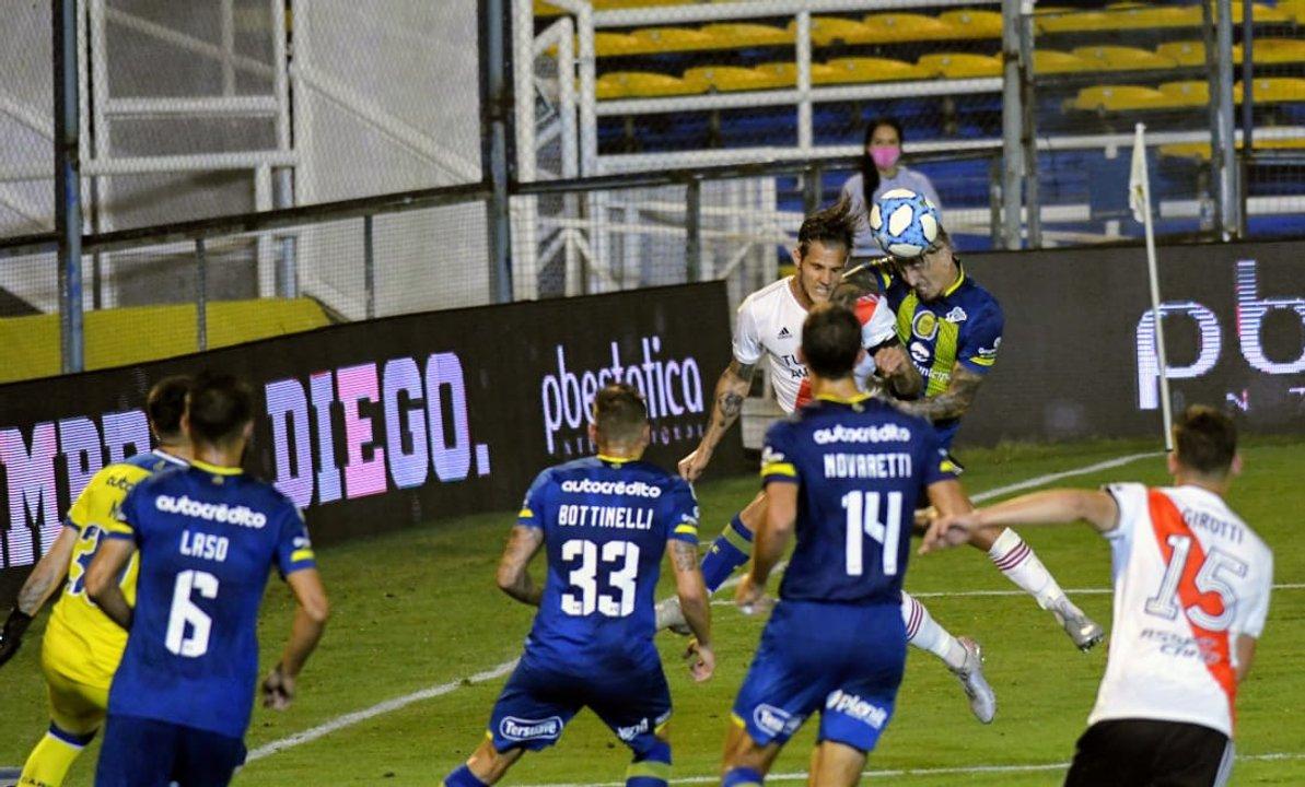 Martínez le gana a Zuculini pero vence su propio arco. (foto Pool Argra)