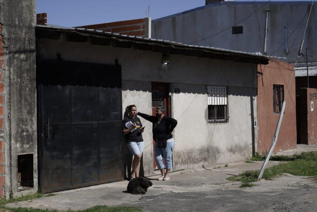 La pareja en el frente de su vivienda, presa del pánico. (foto Rosario Plus)