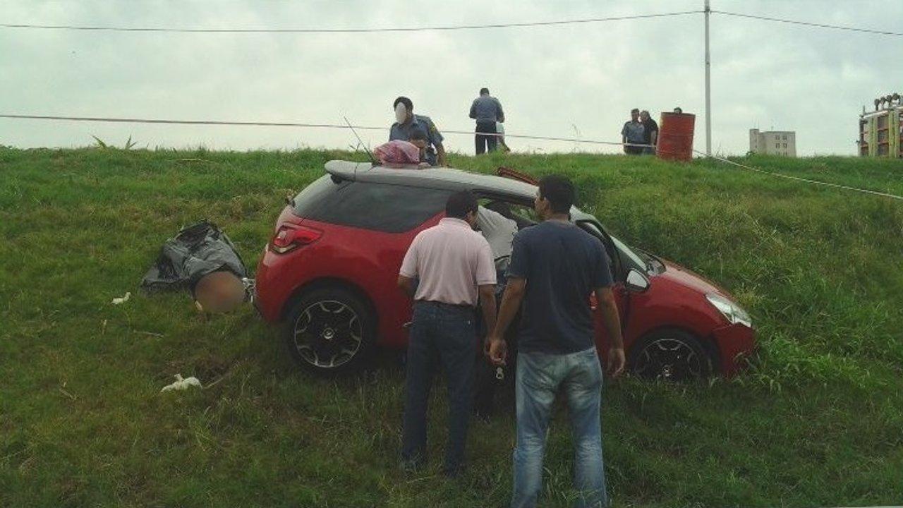 El auto de Medina en la banquina del Acceso Sur, poco después del atentado a balazos.