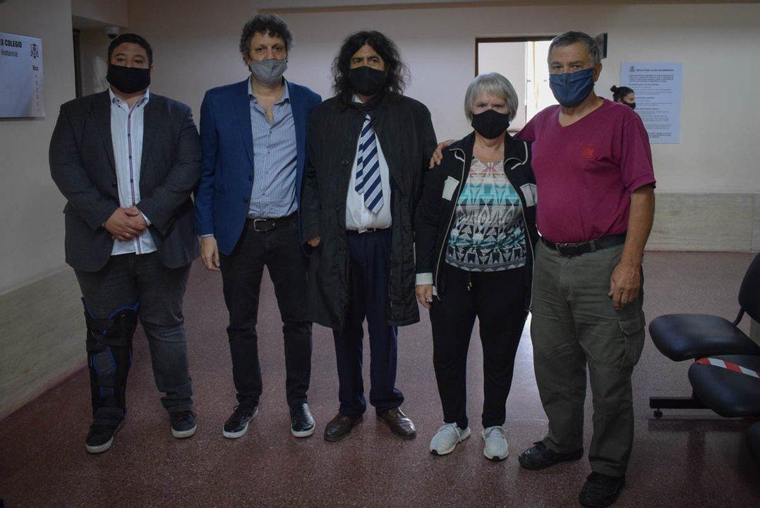 Los Perassi con sus abogados. (foto Germán Mangione)