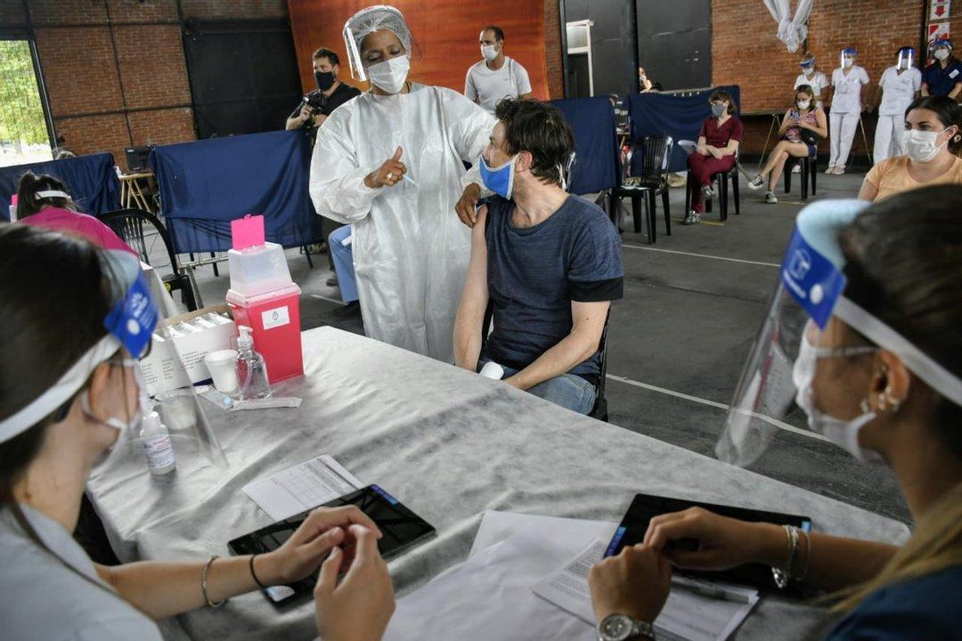 Vacunación a personal sanitario en el Parque Nacional a la Bandera. (foto Rosarioplus)