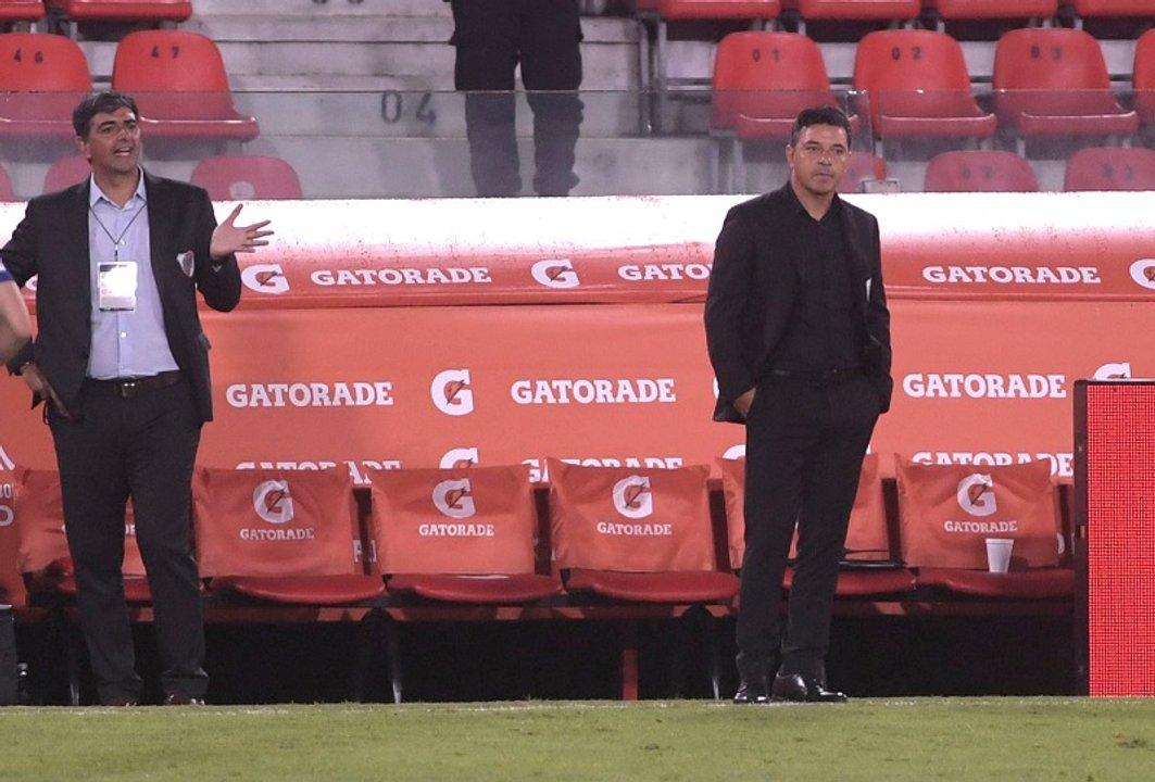 Biscay y a su lado Gallardo, con una cara que lo dice todo. (Télam)