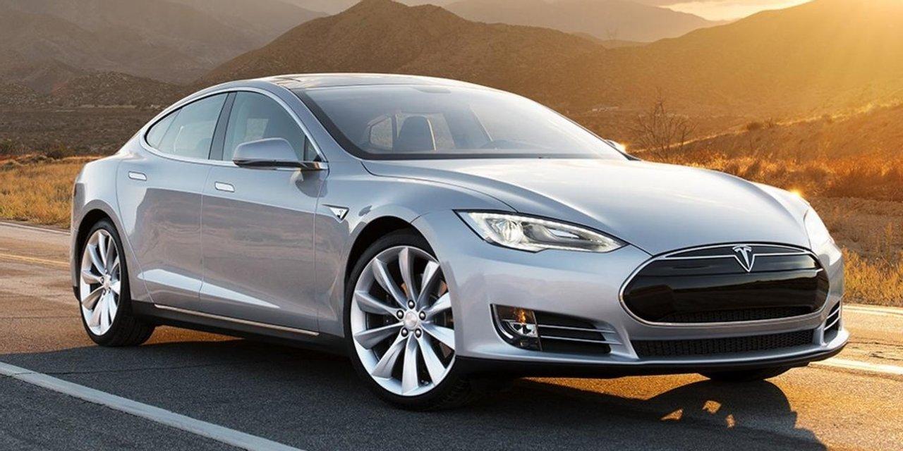El Tesla, un auto eléctrico producido por la compañía de Musk.