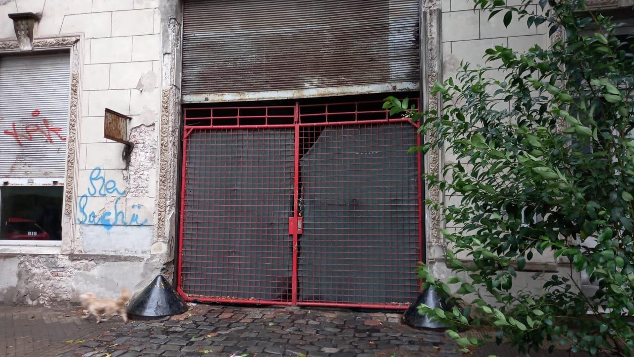 El portón de la cochera que utiliza Movilidad del SIES.