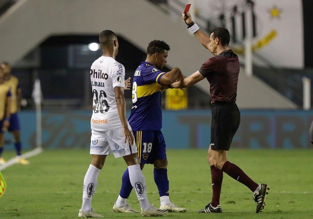 Roja para Fabra, por pisar de manera criminal a un rival caído. Todo un estilo del colombiano. (Télam)