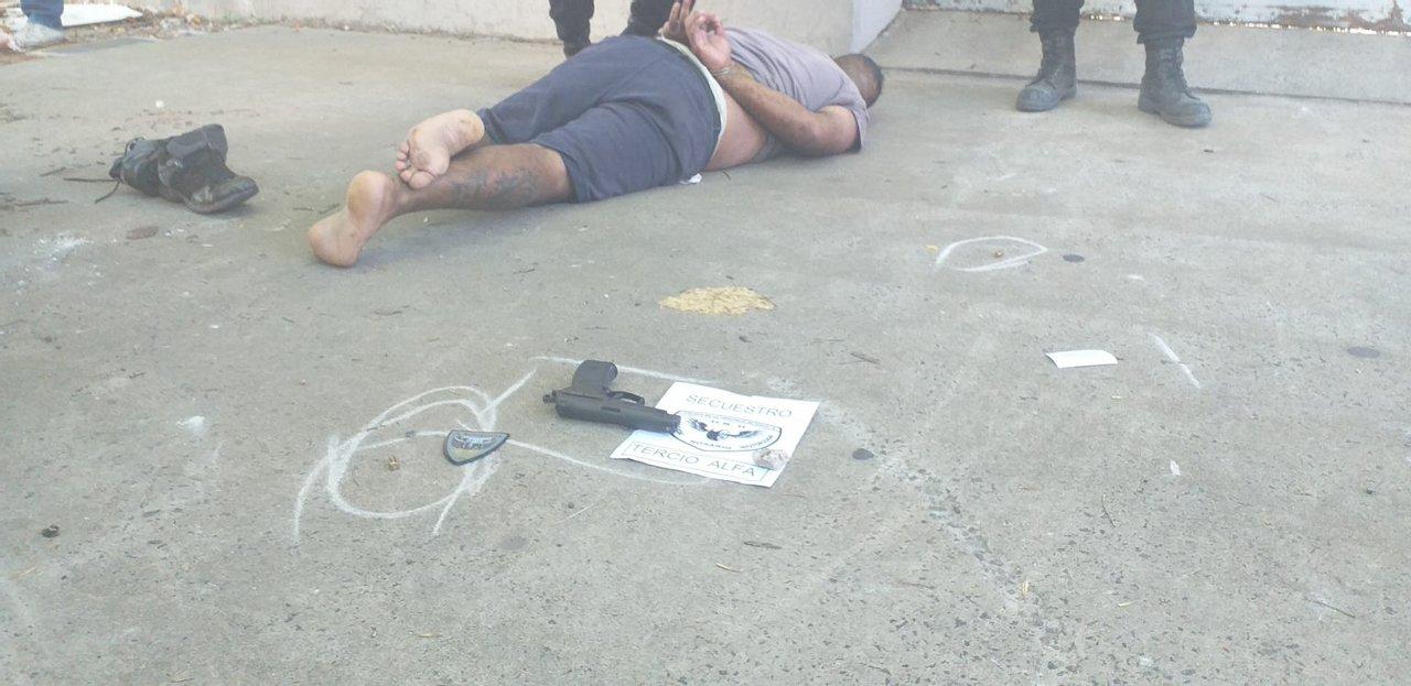 La persecución duró unas tres cuadras, hasta que los policías lograron abalanzarse sobre el delincuente y detenerlo.
