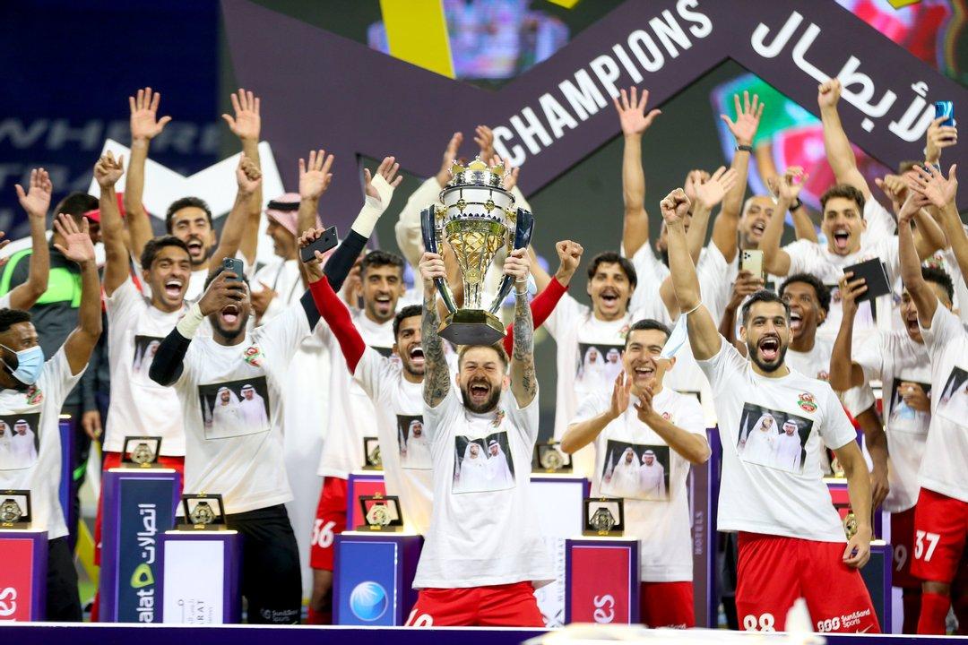 El trofeo de Supercampeón del país en manos de Federico Cartabia.