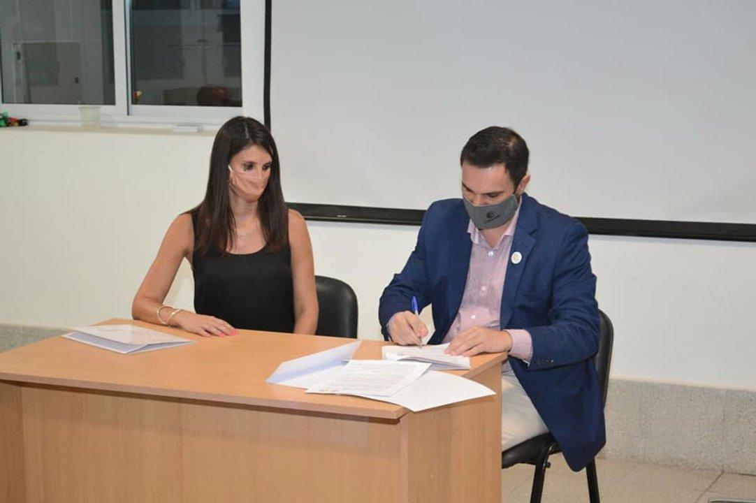 El momento de la firma de convenio entre Comuna y Cooperativa local.