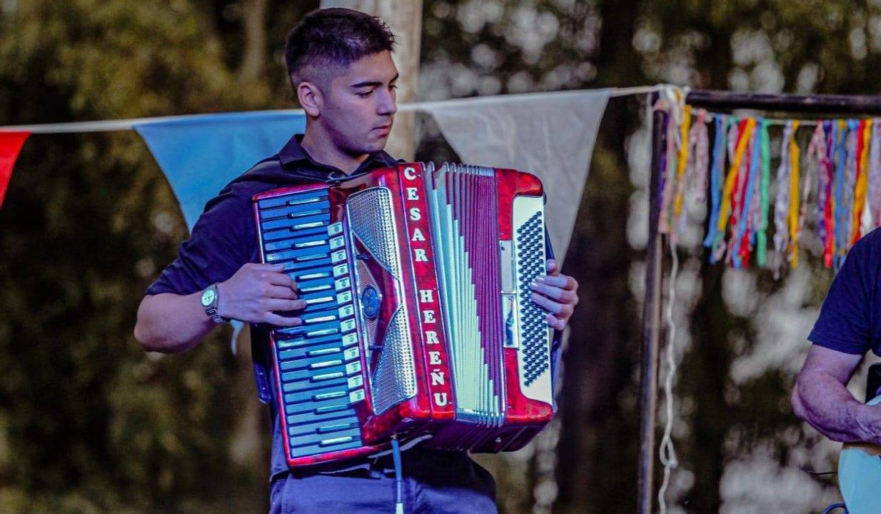 El joven acordeonista César Hereñú.