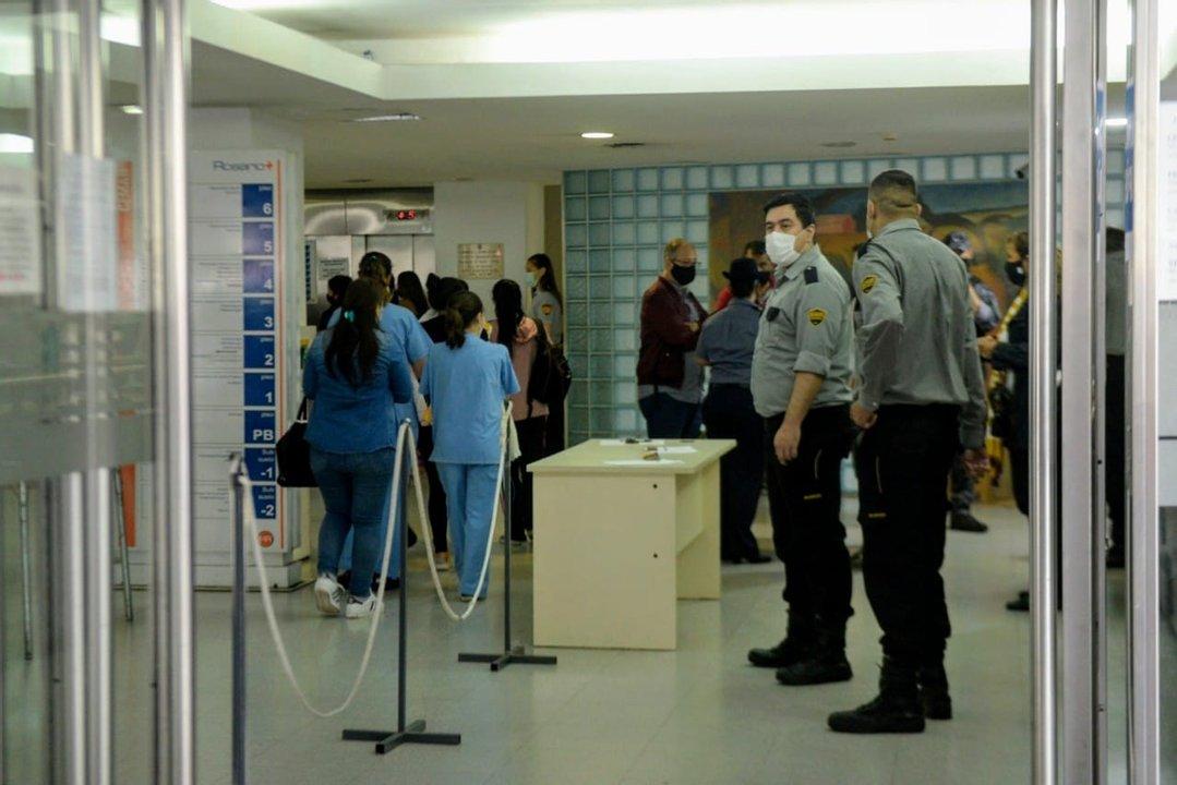 Policías en el hall central del Cemar, al iniciar la evacuación. (Rosarioplus)