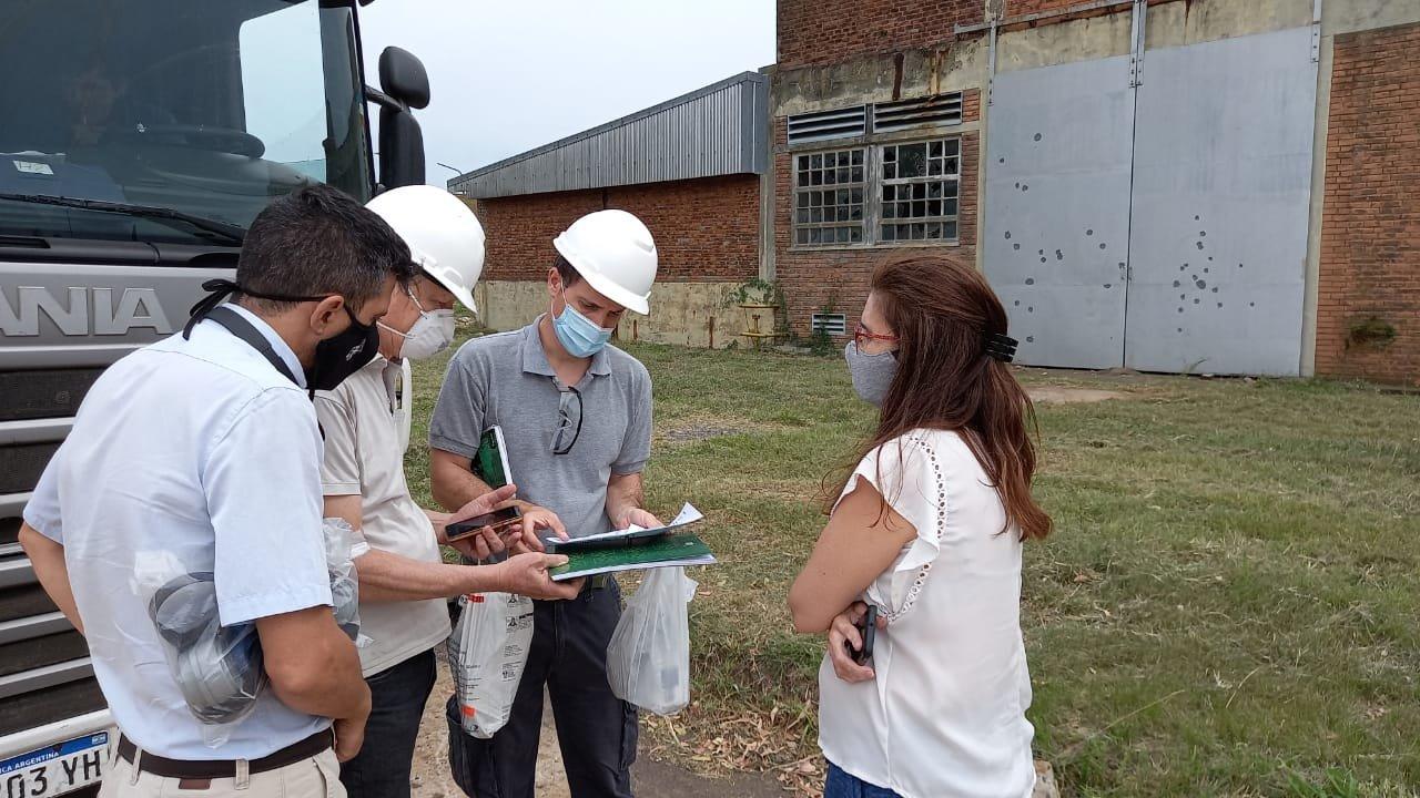 Blanco, del Taller Ecologista, con técnicos de Transclor y el consultor ambiental de la empresa Petroquímica.