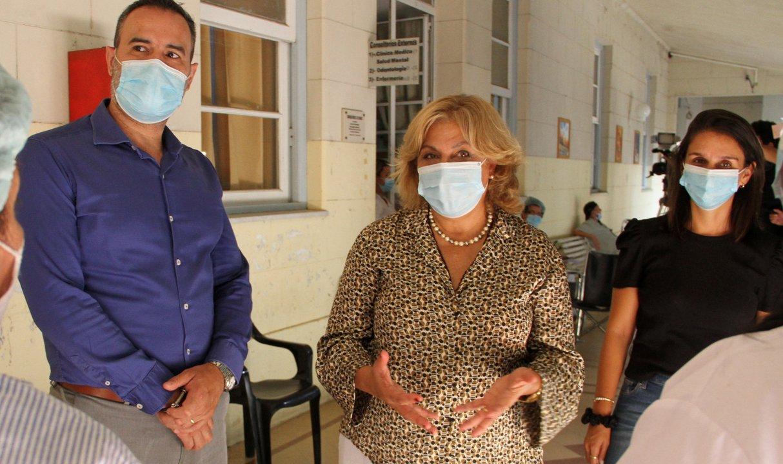 La ministra de Salud, Sonia Martorano, junto a su equipo en el recorrido de los geriátricos de Rosario.