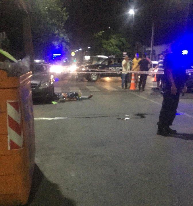 La escena del crimen, a poco de ocurrido, a las nueve de la noche, en plena avenida Eva Perón. (RosarioPlus)