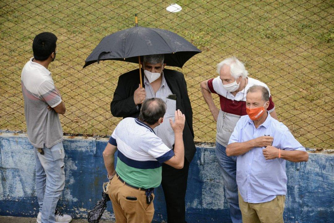 El diputado Giustiniani (derecha), durante el emplazamiento de la escultural. Él impulsó la realización de este homenaje. (RosarioPlus)