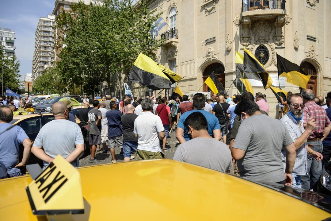 Taxistas al Monumento, a protestar por la validación judicial a lo que juzgan como una competencia desleal. (RosarioPlus)