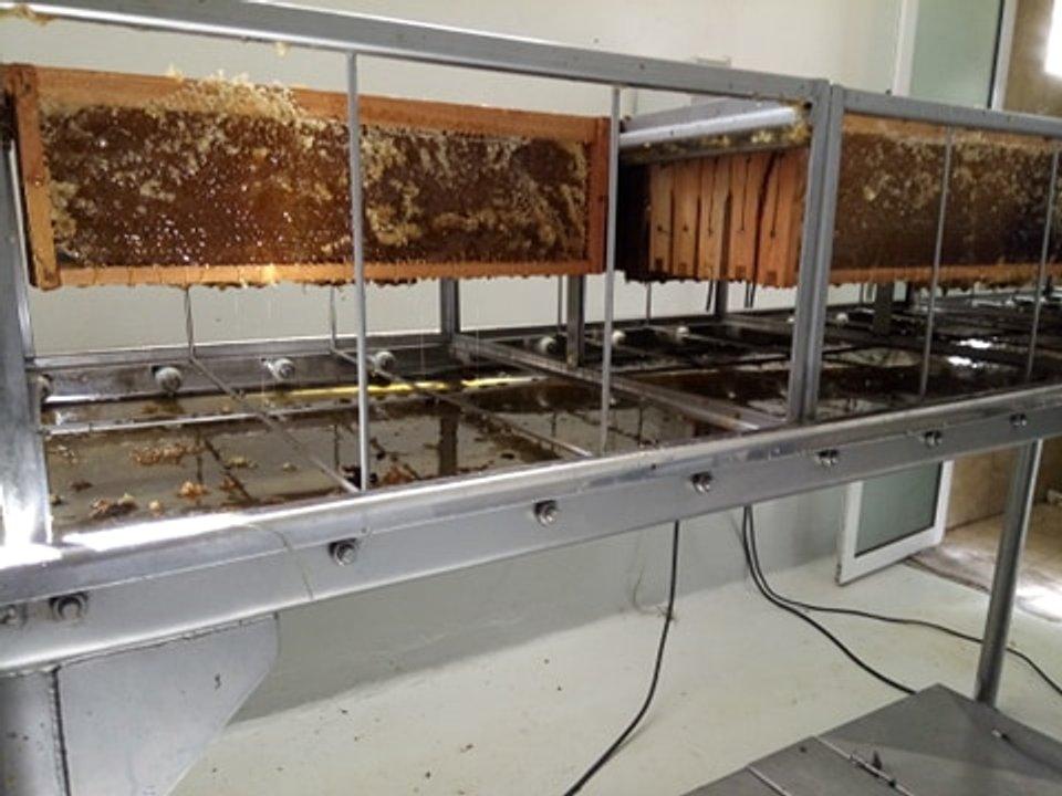 La salita de extracción de miel comunitaria está situada en el Área Industrial.