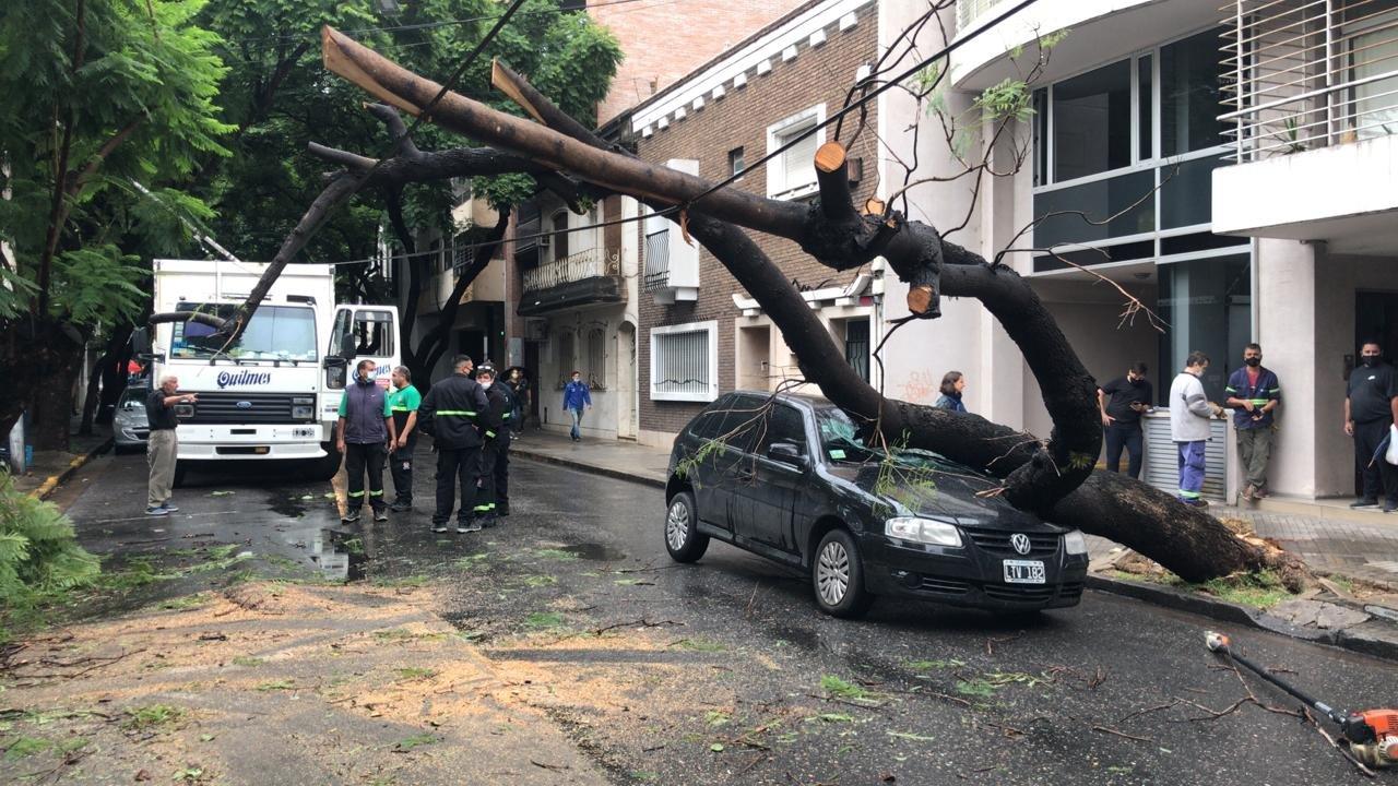Así quedó el Gol Volkswagen en calle San Juan.