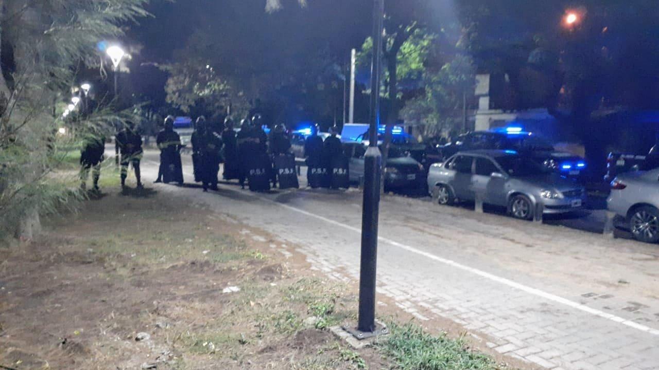 Policías intervinieron para disuadir el piquete obrero.