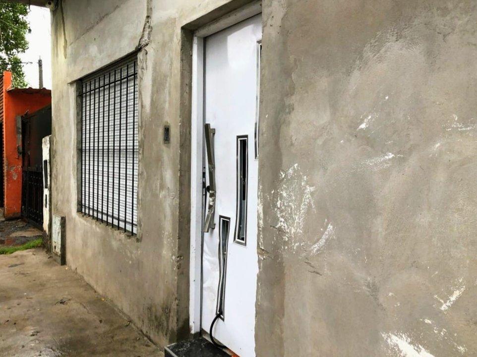 Moré al 3100, huellas del allanamiento en la puerta desbaratada. (RosarioPLus)