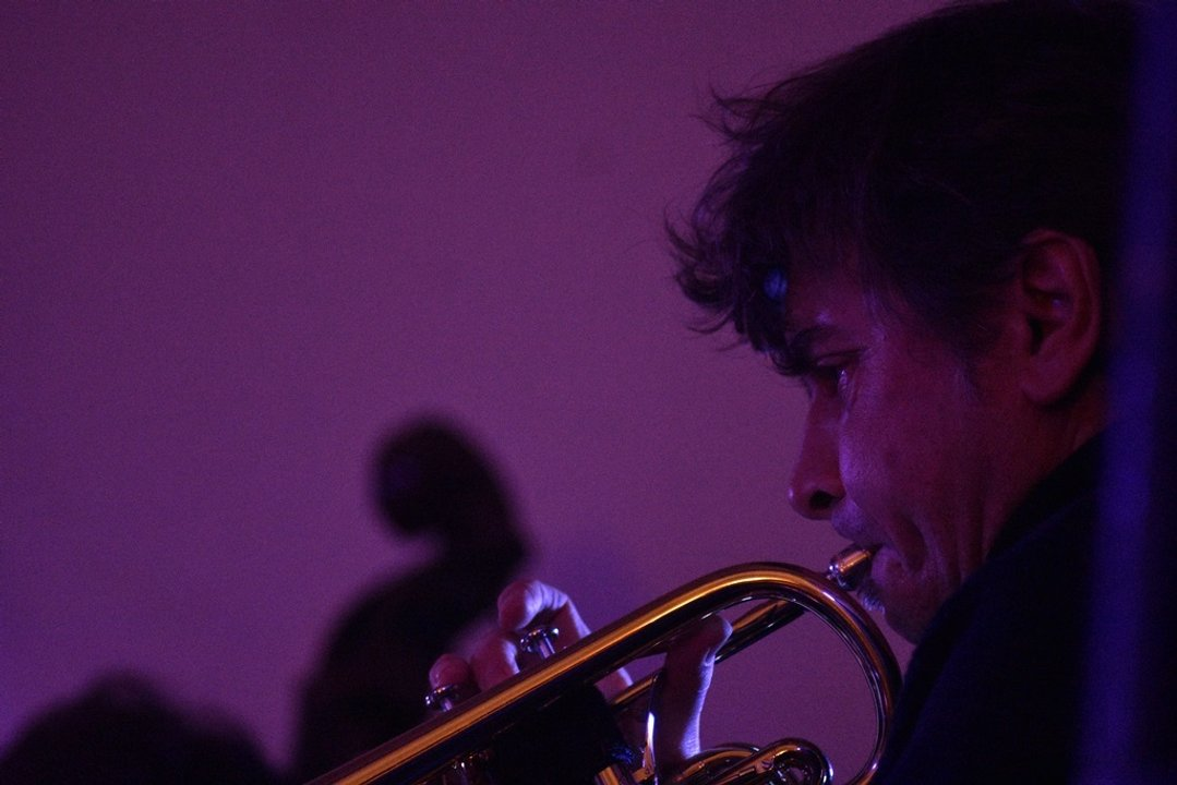 Mariano Suárez y su trompeta, en nueva formación: Luego un río.