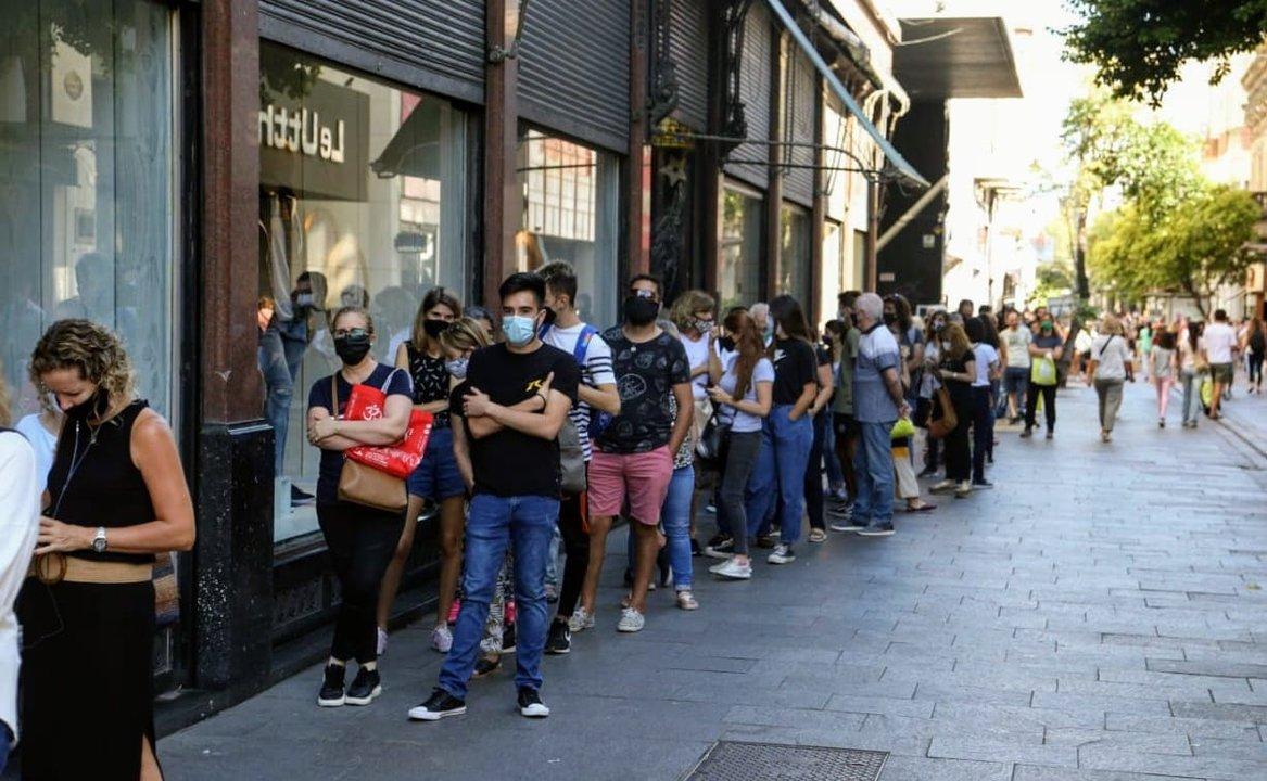 Este miércoles la cola de personas esperando acceder a la tienda tenía una cuadra de extensión. (RosarioPlus)